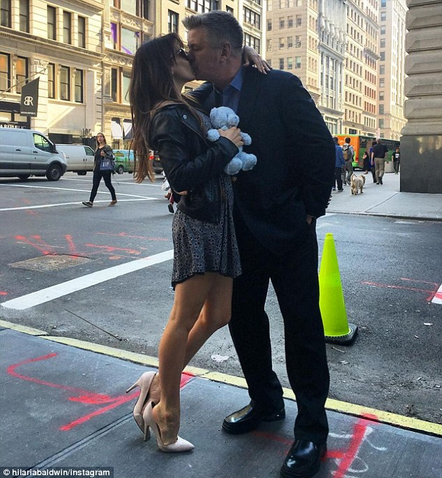 320A249900000578-3495729-Pucker_up_She_and_husband_Alec_Baldwin_announced_the_news_with_a-m-9_1458159280254