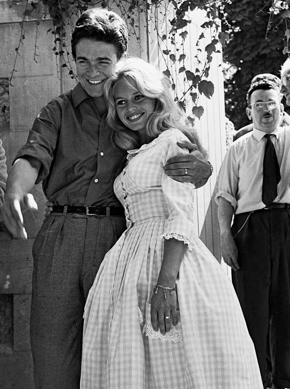 en-1959-lors-de-son-mariage-avec-jacques-charrier-brigitte-bardot-relance-la-mode-du-tissu-vichy
